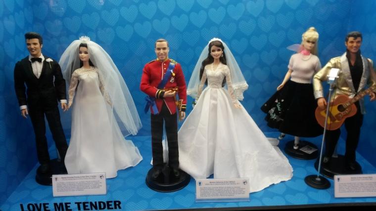 Primeiro casal: Elvis & Priscilla Presley. Segundo casal: Barbie Catherine e Ken William.