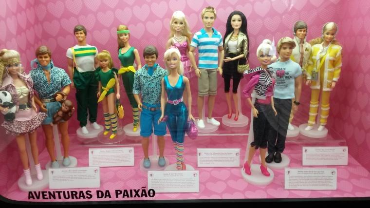 Ken e Barbie amam os animais, em forma, o casal em Toy Story, casa dos sonhos(seriado do You Tube), Ken que fala e Barbie que grava e o casal ama musica.