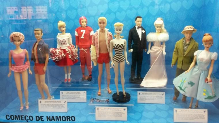 No centro, a primeira Barbie e o primeiro Ken.