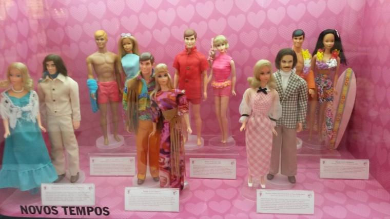 Novos tempos, entre eles, casal Hippie e os primeiro bonecos que falam.